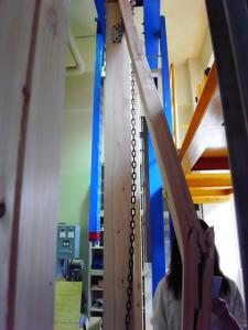 1.5トン位の力で押すと抵抗しきれず筋交いが壊れる