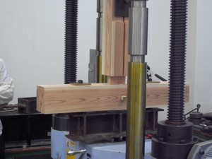 梁材に取り付けられた柱材の引っ張り試験